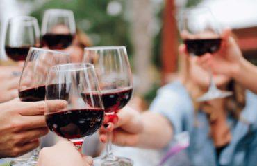 Os benefícios do vinho vão muito além de uma refeição rica em sabor com amigos e família - seu consumo moderado também pode trazer mais saúde e bem-estar.