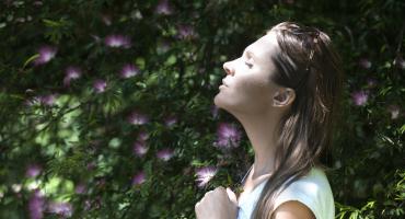 A meditação, quando incluída na rotina, oferece um tempo a mais para refletir e pensar no próprio bem-estar, refletindo positivamente na saúde.
