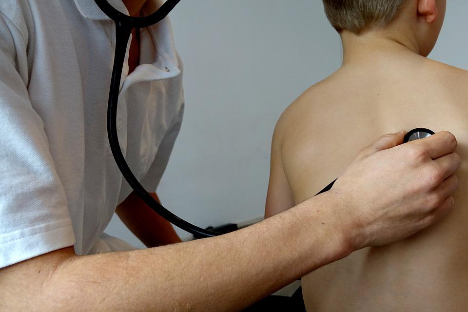 Porque crianças devem visitar uma clínica de check-up