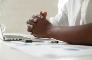 Estresse, comum em épocas de crise, pode causar ou agravar a hipertensão arterial